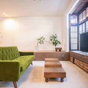 京都のアジアンスタイルのおしゃれなLDK (白い壁、コンクリートの床、据え置き型テレビ、グレーの床) の写真