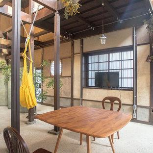 京都のアジアンスタイルのリビング・居間の画像 (ベージュの壁、コンクリートの床、据え置き型テレビ、LDK、グレーの床)