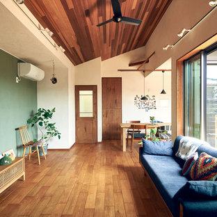 名古屋のエクレクティックスタイルのおしゃれなリビング (マルチカラーの壁、無垢フローリング、据え置き型テレビ、茶色い床) の写真