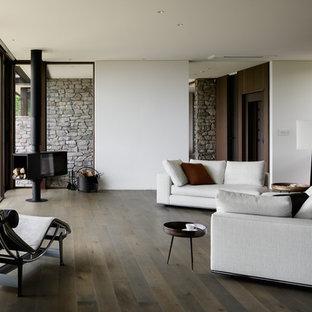 他の地域のモダンスタイルのおしゃれなLDK (白い壁、塗装フローリング、グレーの床) の写真