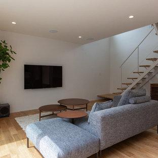 他の地域のモダンスタイルのおしゃれなLDK (白い壁、淡色無垢フローリング、壁掛け型テレビ、ベージュの床) の写真
