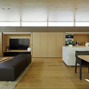 Réalisation d'un salon minimaliste ouvert avec un mur blanc, un sol en contreplaqué, un téléviseur dissimulé et un sol beige.