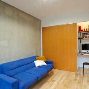 東京都下のインダストリアルスタイルのおしゃれなLDK (マルチカラーの壁、淡色無垢フローリング、茶色い床) の写真