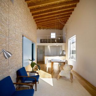 Imagen de salón abierto, actual, grande, con paredes multicolor, suelo beige, suelo de contrachapado y televisor independiente