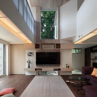 東京23区の広いアジアンスタイルのおしゃれなLDK (フォーマル、竹フローリング、暖炉なし、壁掛け型テレビ、白い床、白い壁) の写真