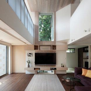 Ispirazione per un grande soggiorno stile shabby aperto con sala formale, pavimento in bambù, TV a parete e pavimento bianco