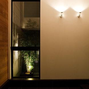 Idee per un soggiorno minimalista di medie dimensioni e aperto con pareti bianche, pavimento con piastrelle in ceramica, TV autoportante e pavimento nero