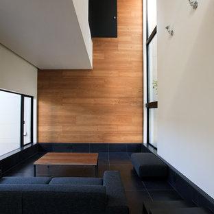 Foto di un soggiorno minimalista di medie dimensioni e aperto con pareti marroni, pavimento con piastrelle in ceramica, TV autoportante e pavimento nero