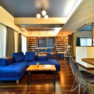 他の地域のアジアンスタイルのおしゃれなLDK (ライブラリー、ベージュの壁、濃色無垢フローリング、茶色い床) の写真