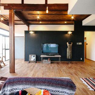 他の地域, のエクレクティックスタイルのリビングの写真 (マルチカラーの壁、無垢フローリング、据え置き型テレビ、茶色い床)