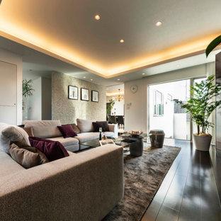 Großes, Offenes Modernes Wohnzimmer mit weißer Wandfarbe, Sperrholzboden, freistehendem TV und braunem Boden in Sonstige