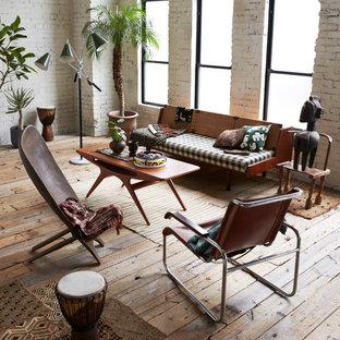 Foto de salón asiático con paredes blancas y suelo de madera en tonos medios