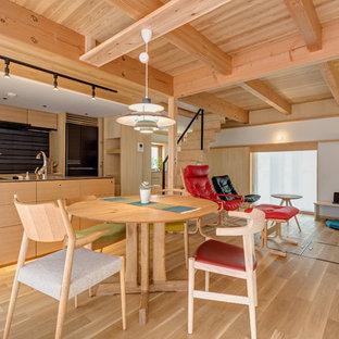他の地域の北欧スタイルのおしゃれなLDK (白い壁、暖炉なし、テレビなし、淡色無垢フローリング) の写真