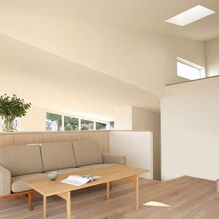 他の地域のモダンスタイルのおしゃれなLDK (白い壁、淡色無垢フローリング、壁掛け型テレビ、白い床) の写真