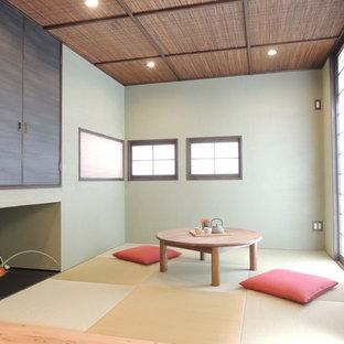 他の地域の和風のおしゃれなリビング (緑の壁、暖炉なし、テレビなし、畳、茶色い床) の写真