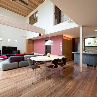 トランジショナルスタイルのおしゃれなLDK (ベージュの床、マルチカラーの壁、塗装フローリング) の写真