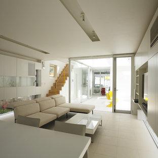 他の地域のモダンスタイルのおしゃれなLDK (白い壁、据え置き型テレビ、白い床) の写真