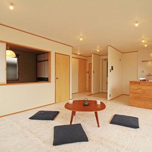 他の地域のアジアンスタイルのおしゃれなLDK (ベージュの床、白い壁) の写真
