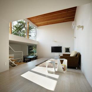 他の地域のアジアンスタイルのおしゃれなリビング (白い壁、塗装フローリング、据え置き型テレビ、ベージュの床) の写真
