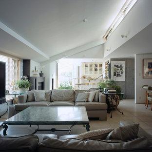 東京23区の大きいモダンスタイルのおしゃれなLDK (フォーマル、白い壁、セラミックタイルの床、標準型暖炉、石材の暖炉まわり、据え置き型テレビ、白い床) の写真