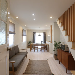 他の地域の北欧スタイルのおしゃれなLDK (白い壁、淡色無垢フローリング、白い床) の写真