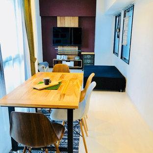 Foto di un soggiorno eclettico stile loft con pareti marroni, pavimento in compensato, TV a parete e pavimento bianco