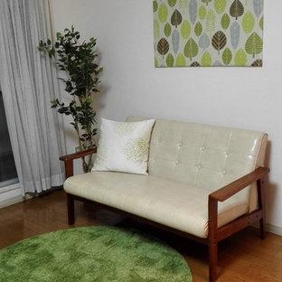 Esempio di un piccolo soggiorno nordico aperto con pareti bianche, pavimento in compensato, nessun camino, TV a parete e pavimento marrone