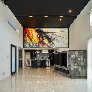 他の地域のモダンスタイルのおしゃれなリビング (白い壁、大理石の床、壁掛け型テレビ、ベージュの床) の写真
