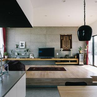 他の地域のアジアンスタイルのおしゃれなLDK (マルチカラーの壁、淡色無垢フローリング、据え置き型テレビ、茶色い床) の写真