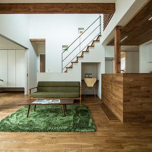 Ejemplo de salón asiático, sin chimenea y televisor, con suelo de madera en tonos medios y paredes blancas