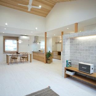 他の地域の北欧スタイルのおしゃれなLDK (白い壁、淡色無垢フローリング、暖炉なし、据え置き型テレビ、白い床) の写真