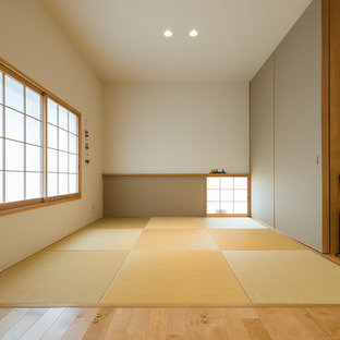 Inspiration for a tatami floor and brown floor living room remodel in Yokohama with white walls