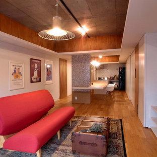 他の地域のエクレクティックスタイルのおしゃれなLDK (白い壁、無垢フローリング、据え置き型テレビ、茶色い床) の写真