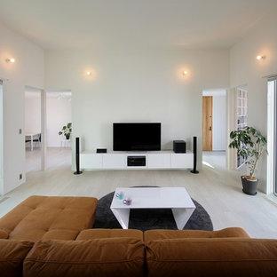 他の地域のモダンスタイルのおしゃれなLDK (白い壁、合板フローリング、据え置き型テレビ、白い床) の写真