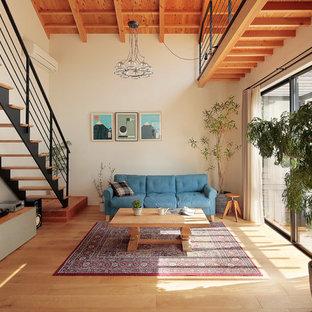 他の地域のアジアンスタイルのおしゃれなLDK (白い壁、淡色無垢フローリング、薪ストーブ、ベージュの床) の写真