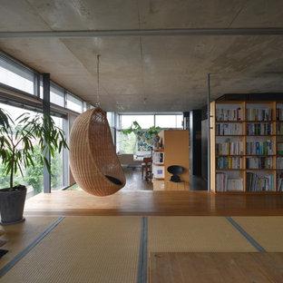 Idéer för ett modernt vardagsrum, med tatamigolv, vita väggar och brunt golv