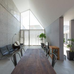福岡のインダストリアルスタイルのおしゃれなリビング (グレーの壁、コンクリートの床、据え置き型テレビ、グレーの床) の写真