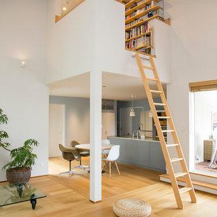 Exemple Du0027un Salon Moderne Ouvert Avec Un Mur Blanc Et Un Sol En Bois