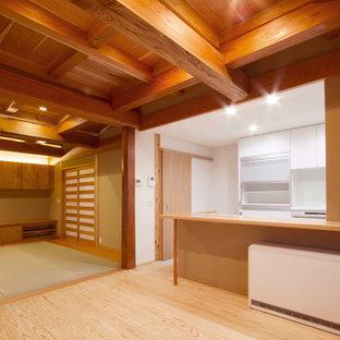 Ispirazione per un soggiorno etnico di medie dimensioni e aperto con pareti beige, pavimento in tatami, nessun camino e TV autoportante