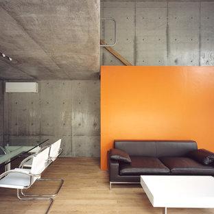 Ispirazione per un soggiorno industriale aperto con pareti grigie, parquet chiaro, nessun camino e nessuna TV