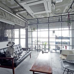 大阪の中サイズのインダストリアルスタイルのおしゃれなリビング (白い壁、コンクリートの床、グレーの床) の写真