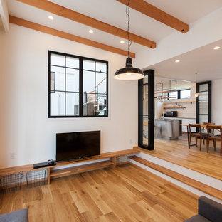 他の地域の中サイズのコンテンポラリースタイルのおしゃれなLDK (淡色無垢フローリング、ベージュの床、白い壁、据え置き型テレビ) の写真