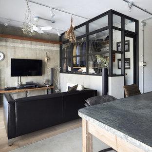 他の地域のインダストリアルスタイルのおしゃれなLDK (グレーの壁、淡色無垢フローリング、壁掛け型テレビ、ベージュの床) の写真