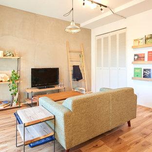 他の地域のカントリー風おしゃれなLDK (マルチカラーの壁、無垢フローリング、据え置き型テレビ、茶色い床) の写真
