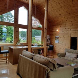 Esempio di un soggiorno country con pareti marroni, pavimento in legno verniciato e pavimento marrone