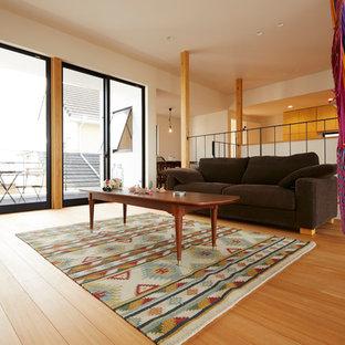 他の地域の小さいアジアンスタイルのおしゃれなLDK (白い壁、淡色無垢フローリング、ベージュの床、壁掛け型テレビ) の写真