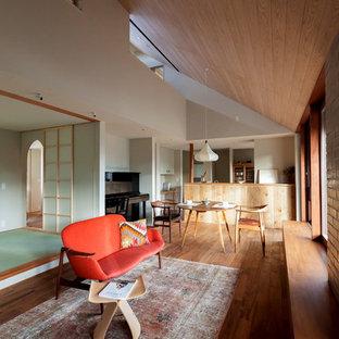 Diseño de salón abierto, de estilo zen, sin chimenea y televisor, con suelo de madera en tonos medios y paredes blancas