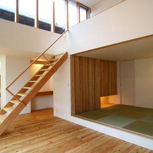 Ispirazione per un soggiorno etnico aperto con pareti bianche, nessun camino, nessuna TV e parquet chiaro