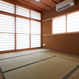 他の地域の大きい和風のおしゃれな独立型リビング (フォーマル、茶色い壁、畳、テレビなし、緑の床) の写真