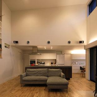 他の地域のコンテンポラリースタイルのおしゃれなリビング (白い壁、無垢フローリング、茶色い床) の写真